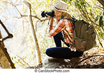 mujer joven, tomar las fotos, en, bosque
