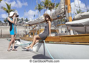 mujer joven, tome una foto, ella, amigo, en, velero