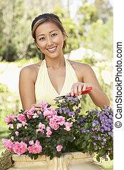 mujer joven, trabajando, en, jardín