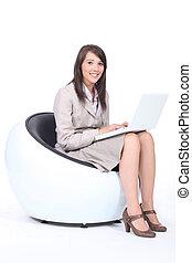 mujer joven, utilizar, un, computadora de computadora portátil
