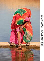 mujer, khichan, obteniendo, depósito, india, agua, aldea, ...