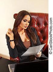 mujer, lee, documento, en, oficina