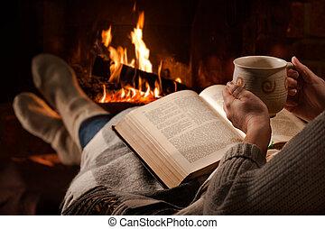 mujer, lee, libro, cerca, chimenea