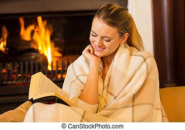 mujer leer un libro, por, chimenea