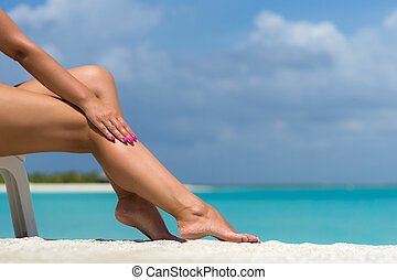 mujer, legs., joven, lounger., sol