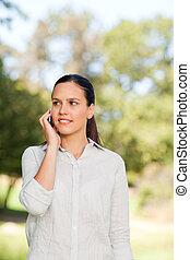 mujer, llamar, en el parque