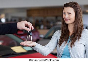 mujer, llaves, coche, mano, el suyo, receiving