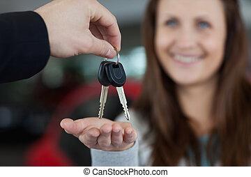 mujer, llaves, coche, mientras, sonriente, receiving