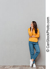 mujer, lleno, imagen, longitud, morena, sonriente, suéter