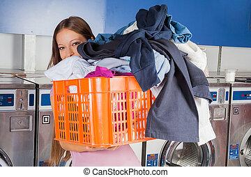 mujer, lleno, proceso de llevar, sucio, cesta, ropa
