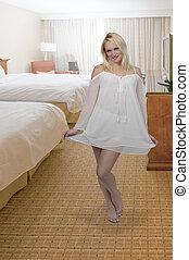mujer, llevando, lenceria