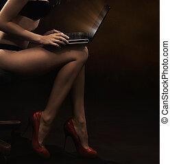 mujer, llevando, lenceria, con, computador portatil