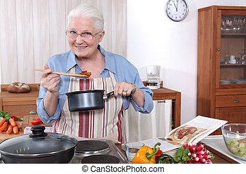 mujer más vieja, cocinar una comida