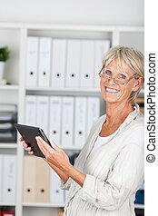 mujer más vieja, con, tableta