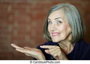 mujer más vieja, señalar