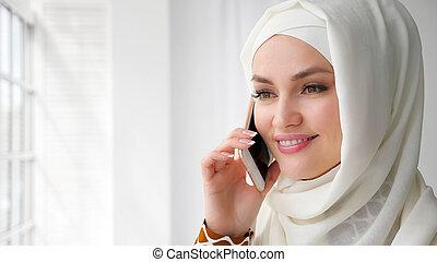 mujer, móvil, musulmán, hablar, teléfono., atractivo, hijab