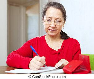 mujer madura, es, calculado, familia , presupuesto