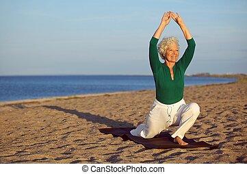 mujer madura, extensión, en la playa, -, yoga