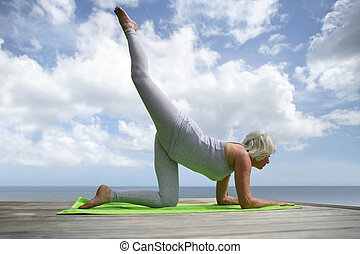mujer madura, practicar, yoga