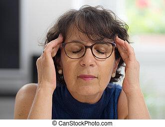 mujer, maduro, dolor de cabeza