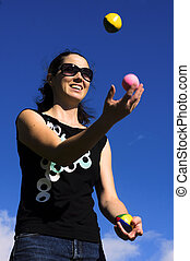 mujer, malabarismo, pelotas