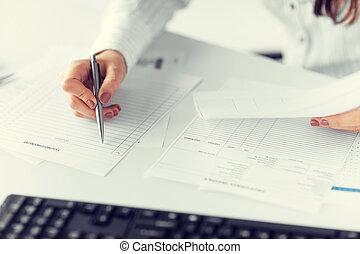 mujer, mano, relleno, papel, blanco, documento, o