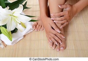 mujer, mano, y, pies, con, manicura