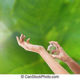 mujer, manos, perfume de rociadura