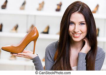mujer, mantener, marrón, zapato