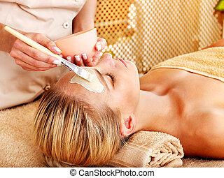 mujer, masaje facial, obteniendo