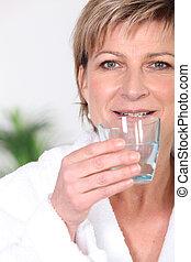 mujer mayor, agua potable
