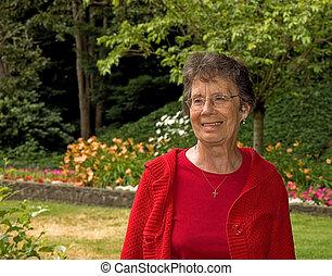 mujer mayor, ajuste, jardín, sonriente