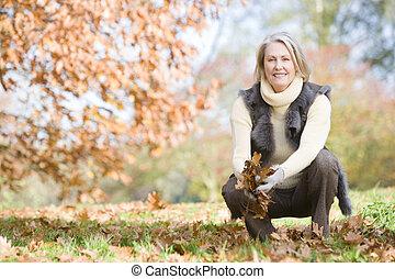 mujer mayor, cobrar, hojas, en, caminata