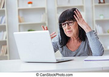 mujer mayor, computadora, luchar