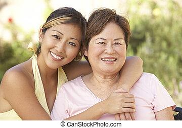 mujer mayor, con, adulto, hija, en, jardín, juntos