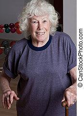 mujer mayor, con, bastón