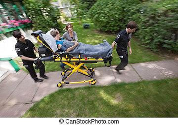mujer mayor, con, emergencia, médico, ayuda