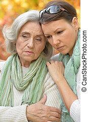 mujer mayor, con, hija, en, otoñal, parque