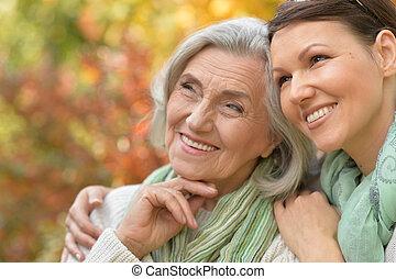 mujer mayor, con, hija
