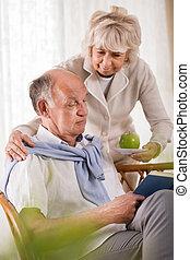 mujer mayor, cuidado, sobre, marido