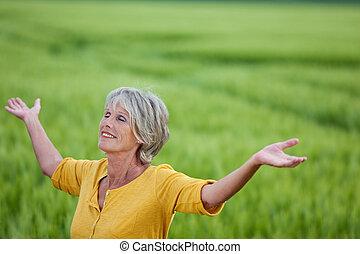 mujer mayor, el gozar, naturaleza, en, herboso, campo