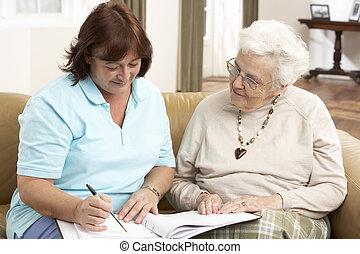 mujer mayor, en, discusión, con, enfermera seguridad social, en casa