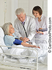 mujer mayor, en, hospital