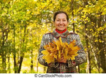 mujer mayor, en, otoño, parque