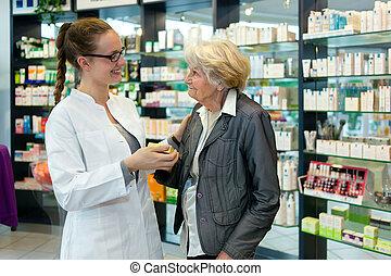 mujer mayor, farmacéutico, agradecido