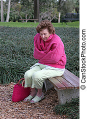 mujer mayor, frío, y, triste