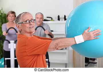 mujer mayor, globo, elevación, condición física