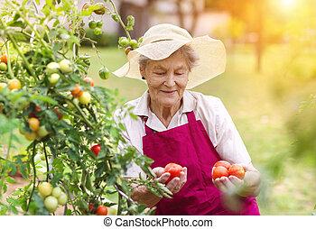 mujer mayor, jardín, ella