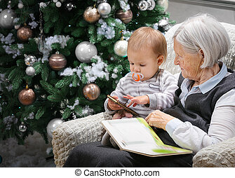 mujer mayor, leer un libro