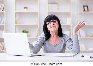 mujer mayor, luchar, en ordenador